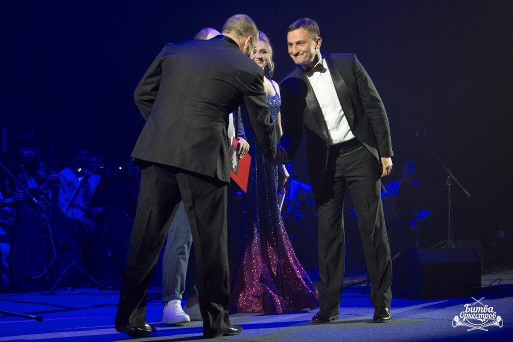 (Русский) Олег Кунтий: «Диригент завжди відчуває себе переможцем, коли виходить за куліси під гучні оплески».